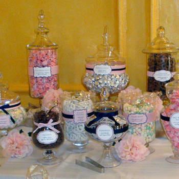 A mesa de doces é super tradicional nos casamentos, mas o que vem conquistando cada vez mais noivos, é a mesa de guloseimas! Cheia de delícias que lembram a infância, chocolates, balas, algodão doce, e tudo que os convidados adoram! Veja estas idéias e inspire-se para montar a sua!