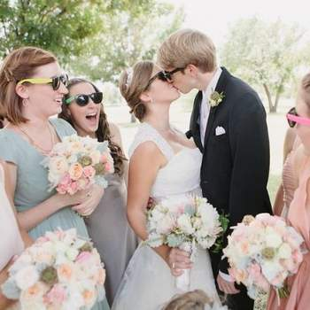 Dale un toque de color a tus invitados con gafas diferentes entre sí. Foto: Heather Hawkins Photography