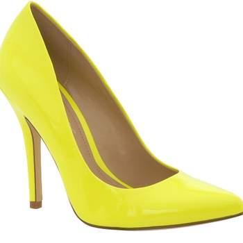 Una serie di scarpe fluo per le invitate di nozze che vogliano personalizzare il loro look