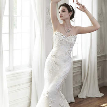 """Un modelo de novia que aporta elegancia refinada, confeccionado con apliques de encaje y tul, escote de encaje floral y acabado en cierre de corsé.   <a href=""""http://www.maggiesottero.com/dress.aspx?style=5MD122"""" target=""""_blank"""">Maggie Sottero Spring 2015</a>"""