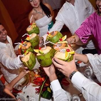 No siempre se sigue la tradición. Si tu boda es en la playa brindar con un Coco Loco va muy bien.