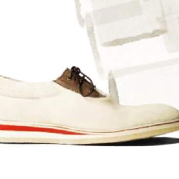 Um casamento na praia ou no jardim lá de casa, descontraído, e um noivo com um fato de linho, calções ou simplesmente calças de ganga e uma camisa branca? Só lhe falta os sapatos certos - e estarão, certamente, nesta nossa selecção de entre algumas das melhores marcas portuguesas de calçado.