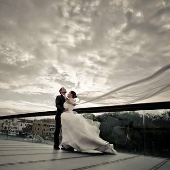 «Esta foto é preferida de 2012 porque transmite-nos vários sentimentos. O vento, a chuva e o frio que se fazia sentir no momento em que a foto foi tirada mostra um véu completamente no ar combinando com a linha da ponte. Os noivos estão com uma cumplicidade de forma a desfrutarem aquele momento único na vida deles. O véu conduz o olhar para a noiva. O noivo transmite muita serenidade. O céu dramático ajudou na escolha da foto. O vento faz a diferença com o véu!»  www.njmattos.com