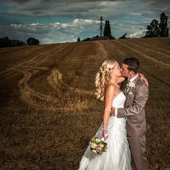 Euer Hochzeitstag ist ein einmaliges Ereignis! Der Einmarsch der wundervollen Braut am Arm des Vaters, die Brautleute stecken sich die Ringe an, der erste Kuss des frisch vermählten Paares, die Tränen der Mütter (und Väter), die Glückwünsche der Liebsten, die Fahrt in der Kutsche, …all das macht diesen Tag zu einem ganz besonderen und ist es Wert für immer festgehalten zu werden.  Wir wollen euch an eurem Hochzeitstag mit einem maximalen Einsatz an Kreativität, Organisation, Fachwissen und Begeisterung begleiten. So arbeiten wir: Gruppen und Pärchen Portraits werden modern, frisch und humorvoll gestaltet. Der weitere Tagesablauf wird unauffällig und dokumentarisch begleitet. Bei der Nachbearbeitung verleihen wir euren Bildern den letzten Schliff. Diese Bilder werden eure Liebesgeschichte auch nach Jahren noch jung und unvergessen erhalten. Wir freuen uns auf euch.