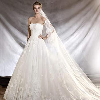 Espetacular vestido de noiva de tule e renda, com decote caicai e estilo princesa. Uma proposta romântica com detalhes bordados no corpo que fará sonhar a noiva.