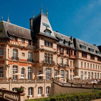 Photo : Château de Montvillargenne - C'est au cœur de la forêt de Chantilly que cet hôtel de luxe 4 étoiles aux allures princières vous attend. Imaginez quelques instants pouvoir inscrire votre mariage dans cette bâtisse au style anglo-normand, construite au  siècle dernier par la famille Rothschild au beau milieu d'un parc de 6 hectares !