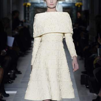 Otro elegante diseño en tono blanco roto con capa sobre los hombros. Foto: Valentino.