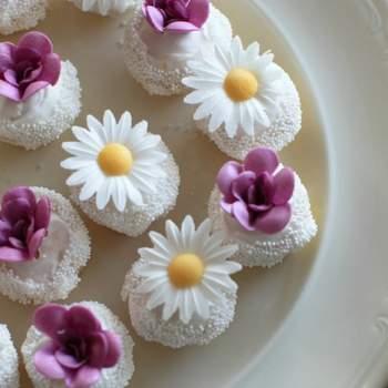 Des fleurs sucrées, de la couleur, voilà de quoi éveiller les papilles des invités de votre mariage ! Des douceurs sucrées version champêtre. Source : bestshot.nl