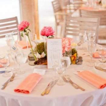 Mesa del banquete decorada en blanco, rosa y naranja.