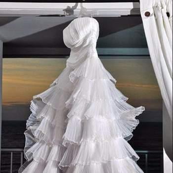 Escote palabra de honor, tallado hasta la cintura con falda conformada por 7 capas en seda recogida brindando volumen.