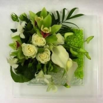 Centre de table Tess à dominante blanc et vert - Crédit photo: Atelier Floral