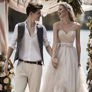 Maison Signore : romantiche e chic, il vostro vestito è con tulle color avorio e un corpetto rigido con scollo a cuore. Cinturino e corona fiorita per  un tocco boho al vostro look.
