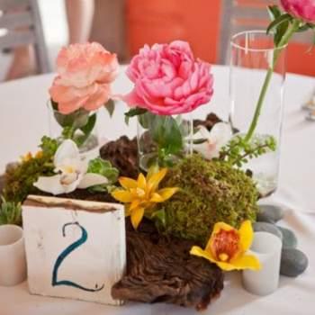 El original centro de mesa con flores y plantas.