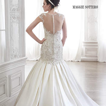 """Cristais Swarovski foram aplicados em toda a parte superior deste vestido de cetim suave e os ombros realçados pelo decote ilusão nas costas. As pregas delicadas e o clássico decote coração complementam o look romântico. Fechamento com zíper.  <a href=""""http://www.maggiesottero.com/dress.aspx?style=5MR094"""" target=""""_blank"""">Maggie Sottero Spring 2015</a>"""