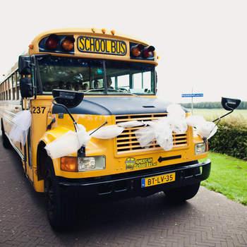 ¿Qué puede haber más original que coger uno de estos autobuses amarillos para trasladar a los recién casados y a sus invitados? Foto: 2Rings Trouwfotografie y Feestudio