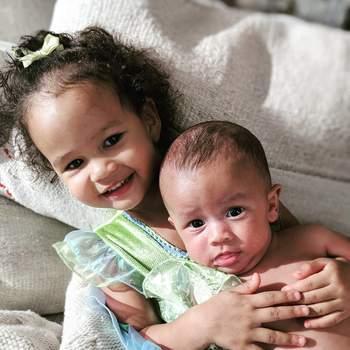 O pequeno bebé Miles veio juntar-se a Luna Simone, de dois anos. | Foto via Instagram @johnlegend