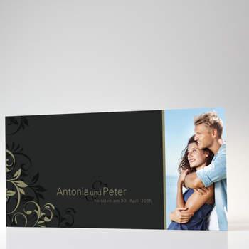 """<a> title=""""Glanzvolle Hochzeitskarte in schwarz-grau"""" href=""""http://www.cardbycard.de/Hochzeitskarte-Ranken-anthrazit,detail,1111381010.html"""" target=""""_blank""""></a>"""