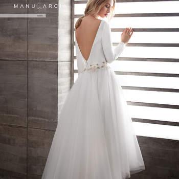 Vestido romántico de manga larga con flores bordadas en el cuerpo, escote en pico en la espalda y falda asimétrica de tul.