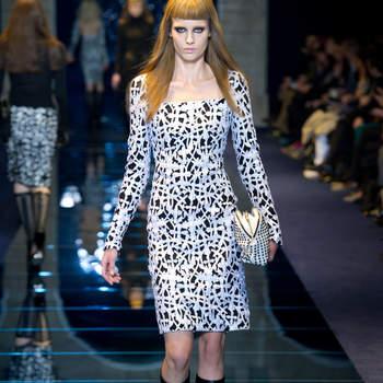 Abito manica lunga con stampa nei toni del bianco e nero. Versace. Foto: www.versace.com