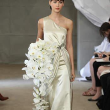 Robe de mariée soyeuse jouant avec les asymétries. Carolina Herrera 2013