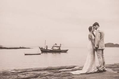 Casamento tradicional na praia de Bianca e Gabriel: lindo, colorido e repleto de flores!