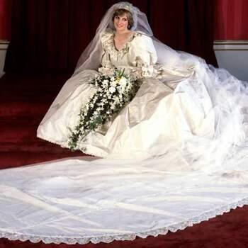 Vestido usado pela princesa Diana em 1981, desenhada por pelo casal David e Elizabeth Emanuel