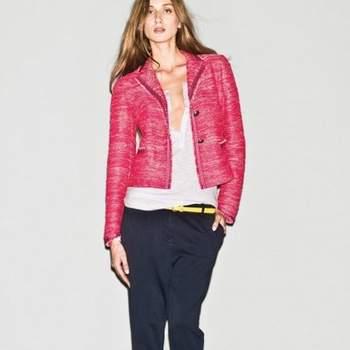Giacca in tweed stile Chanel con pantalone risvoltato e canotta scollata