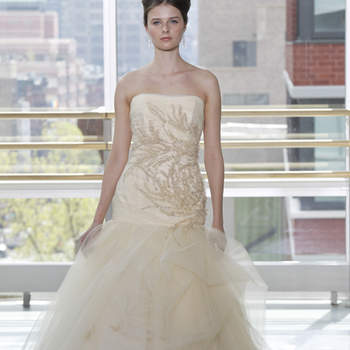 Vestido de novia color nude, corsé y falda con estampado floral decorado con pedrería