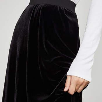 Falda negra de terciopelo. Credits: BCBG Max Azria.
