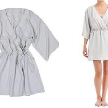 Robe de chambre avec larges manches de couleur gris perle. Ceinture ajustable. Crédit photo : Women Secret