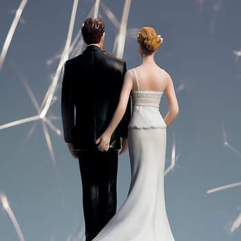 Cake topper con una lei che allunga maliziosamente la mano sul lato B del suo fresco sposo