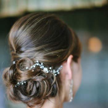 Penteado para noiva com cabelo preso em coque baixo desconstruído | Créditos: Kurt Photography