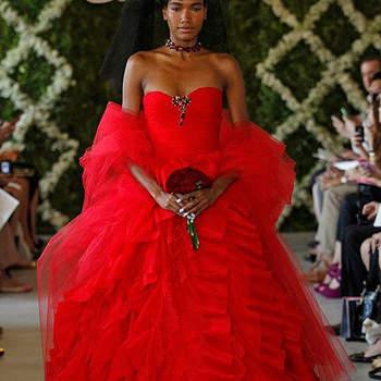 Robe de mariée rouge au décolleté en coeur et à la jupe ultra volumineuse. Photo : Oscar de la Renta
