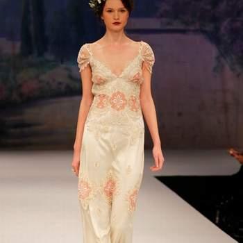 Dentelle et broderies font sensation sur cette robe de mariée colorée ultra fluide de la collection Claire Pettibone Automne 2012