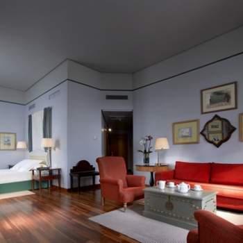 """En Paradores consiguen que cada una de sus habitaciones sea diferente y tenga un detalle del que te enamores. En esta habitación del Paradores de Ronda, nos hemos enamorado de su decoración en blanco y rojo. Foto: <a href=""""http://zankyou.9nl.de/wdbk"""" target=""""_blank"""">Paradores</a><img src=""""http://ad.doubleclick.net/ad/N4022.1765593.ZANKYOU.COM/B7764770.4;sz=1x1"""" alt="""""""" width=""""1"""" border=""""0"""" /><img height='0' width='0' alt='' src='http://9nl.de/xyl3' />"""