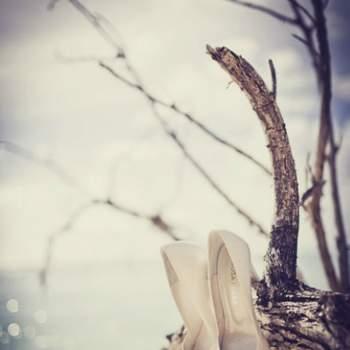 Ayez plusieurs paires de chaussures si vous comptez échanger votre OUI sur la plage. Les talons ne sont en effet pas appropriés... Crédit: Fran Russo