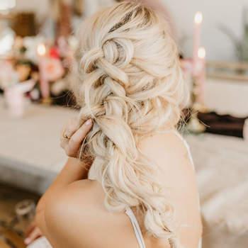 Penteado para noiva com trança desconstruída | Foto: Karra Leigh Photo