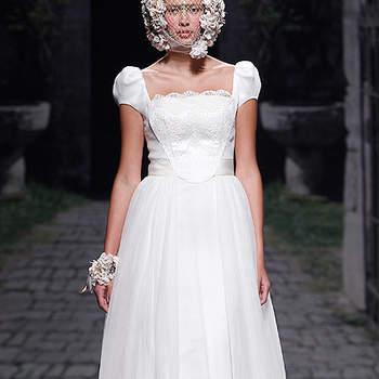 Vestido de novia con escote cuadrado y talle ceñido, de Victorio & Lucchino. Foto: Barcelona Bridal Week