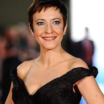 Muy guapa, la presentadora de la gala lució habitual corte de pelo pixie, y un vestido negro de Hannibal Laguna.