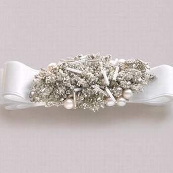 Encantador broche con piedras preciosas para lucir en el vestido en el centro del pecho.