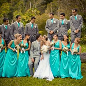 Rien de tel que de jouer avec les couleurs de la décoration ! Des demoiselles d'honneur en turquoise : un mariage haut en couleurs ! Crédit photo : Layla Eloa
