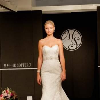 Robe de mariée bien ajustée et coupe sirène. Très glamour.