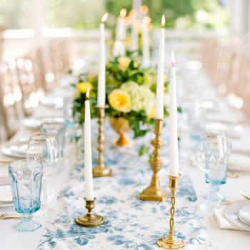 Camino de mesa floral celeste y blanco. Credits: Gayle Brooker Marni Rothschild