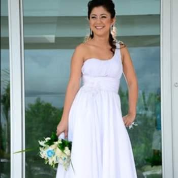De medio hombro tallado hasta la cintura con falda suelta, con tendencia hacia el estilo griego.