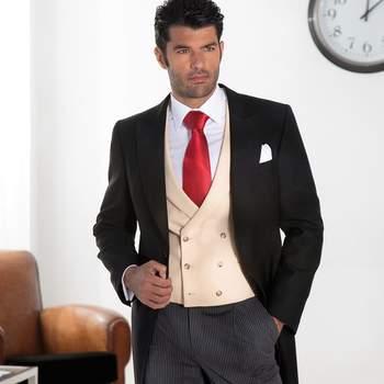 Chaqué clásico con pantalón gris y chaleco crema. Credits: Guzmán