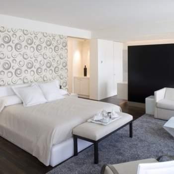 """Lejos de lo que algunos piensan, las habitaciones de los Paradores no tienen por qué estar decoradas de un modo clásico. Esta moderna y funcional suite del Parador de Alcalá de Henares es una prueba de ello. Foto: <a href=""""http://zankyou.9nl.de/wdbk"""" target=""""_blank"""">Paradores</a><img src=""""http://ad.doubleclick.net/ad/N4022.1765593.ZANKYOU.COM/B7764770.4;sz=1x1"""" alt="""""""" width=""""1"""" border=""""0"""" /><img height='0' width='0' alt='' src='http://9nl.de/xyl3' />"""