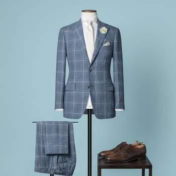 Hellblauer 2-teiliger Hochzeitsanzug mit 2,5 Knöpfen aus einer Mischung aus Leinen, Wolle und Seide mit fallendem Revers und 2 mm Steppstich an den Rändern.