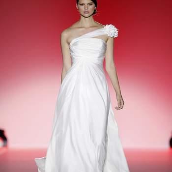 Décolleté asymétrique, fluidité et élégance caractérisent cette robe Hannibal Laguna 2013. Photo : Barcelona Bridal Week