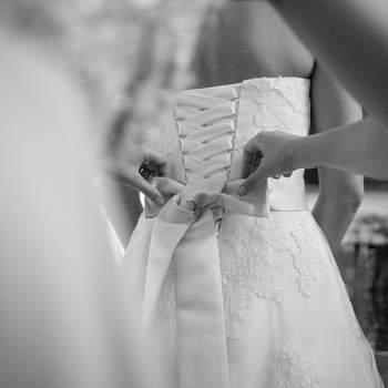Das Team von hochzeitsmovie.at ist überzeugt davon, dass man mit einer unspektakulären Arbeitsweise die besten Momente einer Hochzeit stilsicher und ästhetisch ansprechend festhalten kann. Eine schöne Hochzeitsreportage soll demnach möglichst ohne Eingriff in das Geschehen - also ohne Anweisungen durch den Fotografen oder Videografen entstehen.  Im Gegensatz zur Reportage ist beim konkreten Fotoshooting - das nahezu ein jedes Brautpaar in seinem Tagesablauf einplant - Gespür für eine ansprechende Pose gefragt. Es geht um jenes Gespür, zu erkennen, was zum jeweiligen Brautpaar passt oder aber auch weniger geeignet ist. Und es geht auch um die Fähigkeit, einerseits aus extrovertierten Brautpaaren das Beste herauszuholen und andererseits schüchternen Brautpaaren ein Gefühl von Sicherheit zu geben.  Wenn das gelingt, dann entstehen garantiert wunderschöne Bilder! Bei Brigitte und Heinz von Hochzeitsmovie ist sowohl Hochzeitsfotografie als auch Hochzeitsvideografie erhältlich.