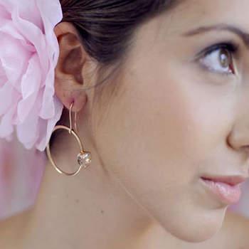 Une fleur à l'oreille pour une mariée romantique et bucolique ! Petite touche de couleur pour accessoiriser votre robe de mariée blanche. Photo : Piteira Fotografia